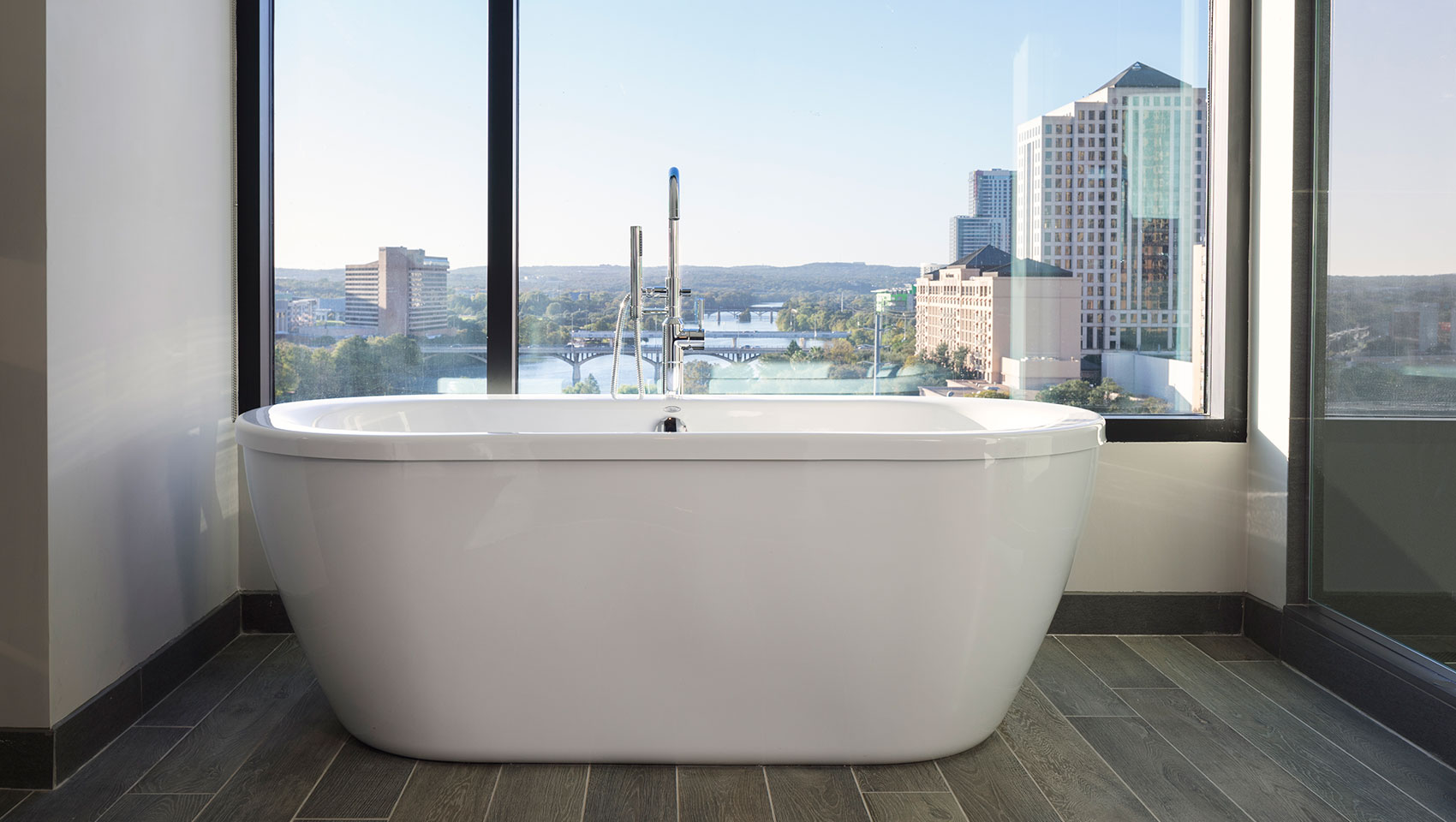 Hotels in / near downtown with nice bathtubs? : Austin